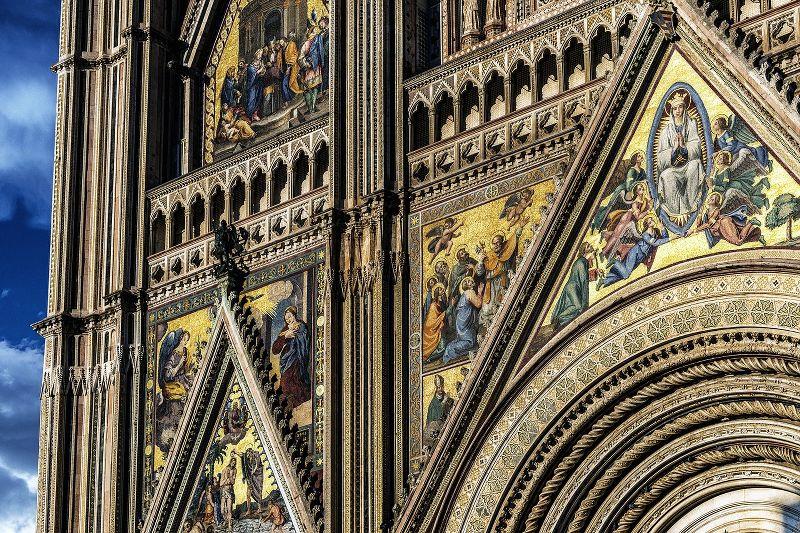 Dettaglio degli affreschi sulla facciata della Cattedrale di Orvieto