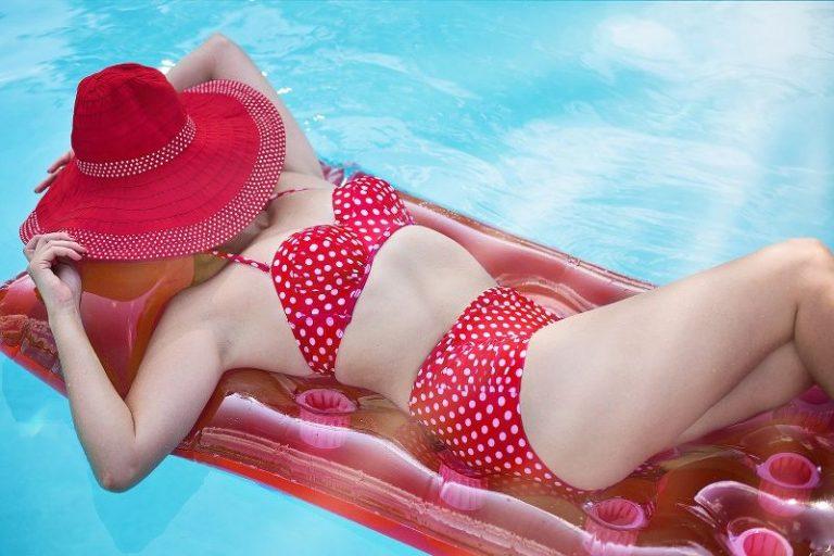 Il costume da bagno audace o a vita alta, intero o bikini, ecco quale scegliere