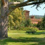 Veduta panoramica del parco di San Valentino e del castello medioevale a Torino